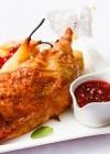 Pato asado con peras y salsa de frutos rojos, una receta para sorprender en Navidad