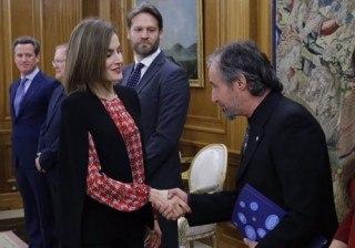 Letizia Ortiz sorprende con un estreno en rojo de Carolina Herrera