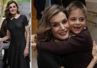 Fotos Letizia Ortiz estrena su look m�s infantil y misterioso para derrochar ternura con los ni�os width=