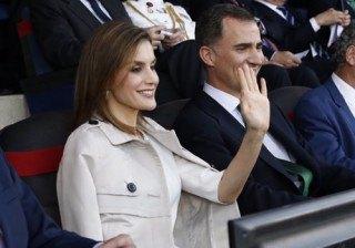 Letizia Ortiz recuerda su lluviosa boda con su look en la final de la Copa del Rey