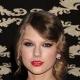 Taylor Swift resalta sus labios en rojo