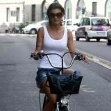 Elisabetta Canalis montando en bicicleta en Mil�n