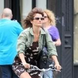 Helena Christensen montando en bicicleta en Manhattan