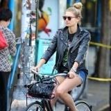 La supermodelo Jessica Hart pasea en bicicleta en Nueva York