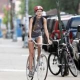 Agyness Deyn paseo en bicicleta por el SoHo en Nueva York