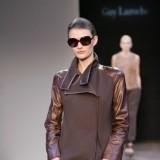 Abrigo que combina tejidos y texturas de Guy Laroche oto�o-invierno 2010-2011