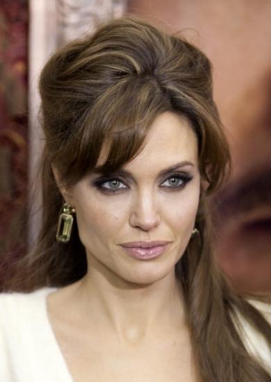 Angeline Jolie luce un semirecogido