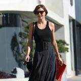 Miranda Kerr luce una negra falda negra y oscura, perfecto para disimular