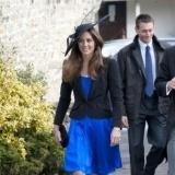 Catalina con un vestido azul Klein