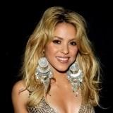 Shakira con el pelo ondulado