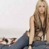 Shakira con el pelo rubio y mechas oscuras