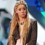 Shakira, con un pelo largu�simo formando rastas