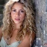 Shakira con el pelo rizado