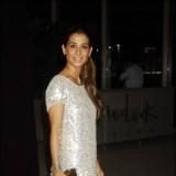 Elena Tablada muy elegante con un vestido plateado