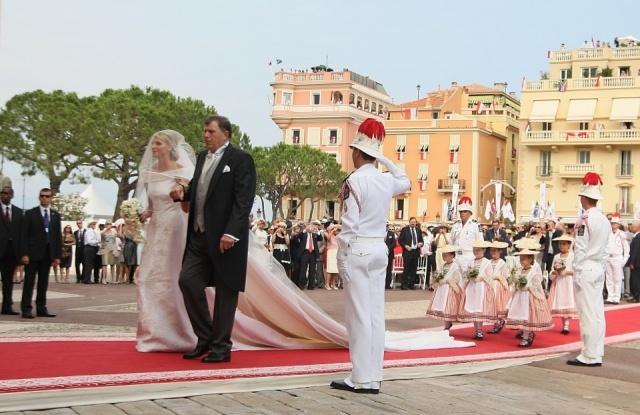 La Princesa Charlene llega al Palacio de la mano de su padre