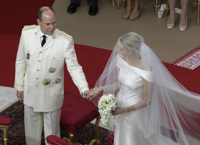 El Príncipe Alberto II espera en el altar a la Princesa Charlene