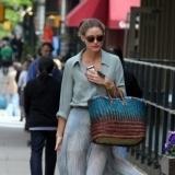 Olivia Palermo luce falda larga plisada por las calles de Nueva York