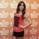 Romina Belluscio con camiseta roja y falda negra