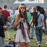 Alessandra Ambrosio opta por un look informal para un festival de m�sica