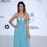 Alessandra Ambrosio luce un vestido azul celeste en Cannes