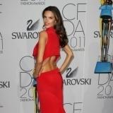 Alessandra Ambrosio con un sensacional vestido rojo de espalda al aire