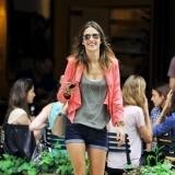 Alessandra Ambrosio con blazer coral y shorts