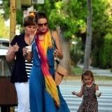 Alessandra Ambrosio luce maxi vestido azul y foulard de colores