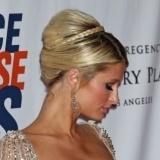 Paris Hilton completa su recogido con una trenza