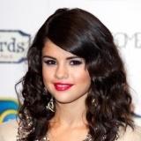 Selena G�mez con los labios en tono frambuesa