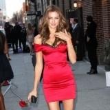 Irina Shayk con vestido rojo a su llegada al Show de David Letterman