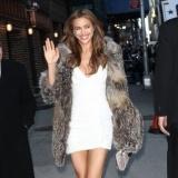 Irina Shayk deslumbra con vestido blanco y abrigo de piel