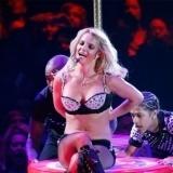 Britney Spears apuesta por sexys estilismos sobre el escenario