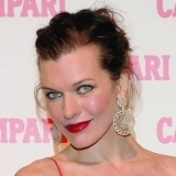 Milla Jovovich con labios rojo sangre