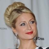 Paris Hilton con labios en rojo pasi�n