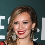 Hilary Duff maquilla sus labios en rojo