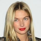 Jessica Hart con labios rojo valentino, p�cara inocencia