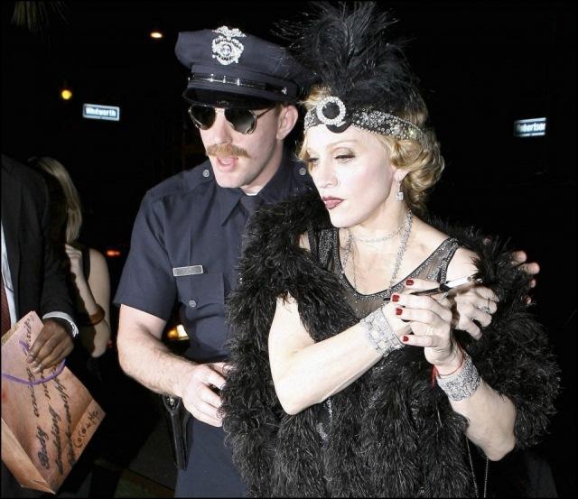 Madonna con la pulsera roja de la Kabbalah
