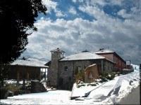 Exterior nevado del Hotel La Cepada en Asturias