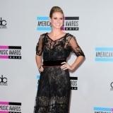 Heidi Klum con vestido largo de encaje y transparencias en negro