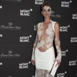 Sarah Marshall, muy sexy con vestido blanco con transparencias y encaje