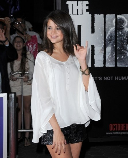 Selena G�mez apuesta por el brillo en shorts