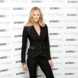 Elle Macpherson con traje de chaqueta negro con pantalones campana