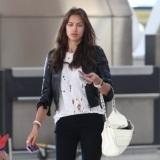 Irina Shayk, novia de Cristiano Ronaldo, viaja con sus leggings rockeros