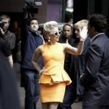 Lady Gaga, todo elegancia con vestido con peplum naranja