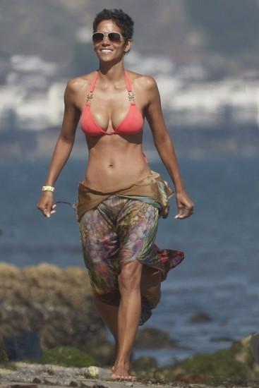 Halle Berry, cuerpo de esc�ndalo en bikini