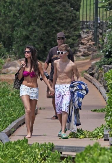 Selena G�mez y Justin Bieber, juveniles y divertidos en la piscina