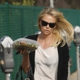 Charlize Theron se apunta a las gafas de sol y a las verduras para proteger sus ojos en verano