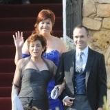 Andr�s Iniesta del brazo de su madre en el d�a de su boda con Anna Ortiz