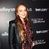 Lindsay Lohan se apunta al fular en verano
