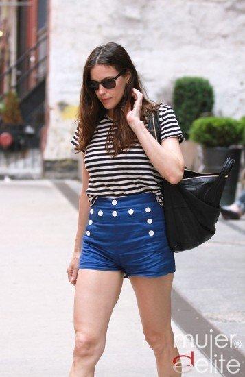 Liv Tyler sigue las tendencias: denim de color y camiseta de rayas, vuelve el look marinero